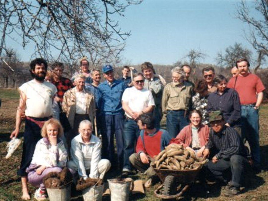 Společné foto účastníků preparátového semináře i s materiálem na výrobu biodynaických preparátů